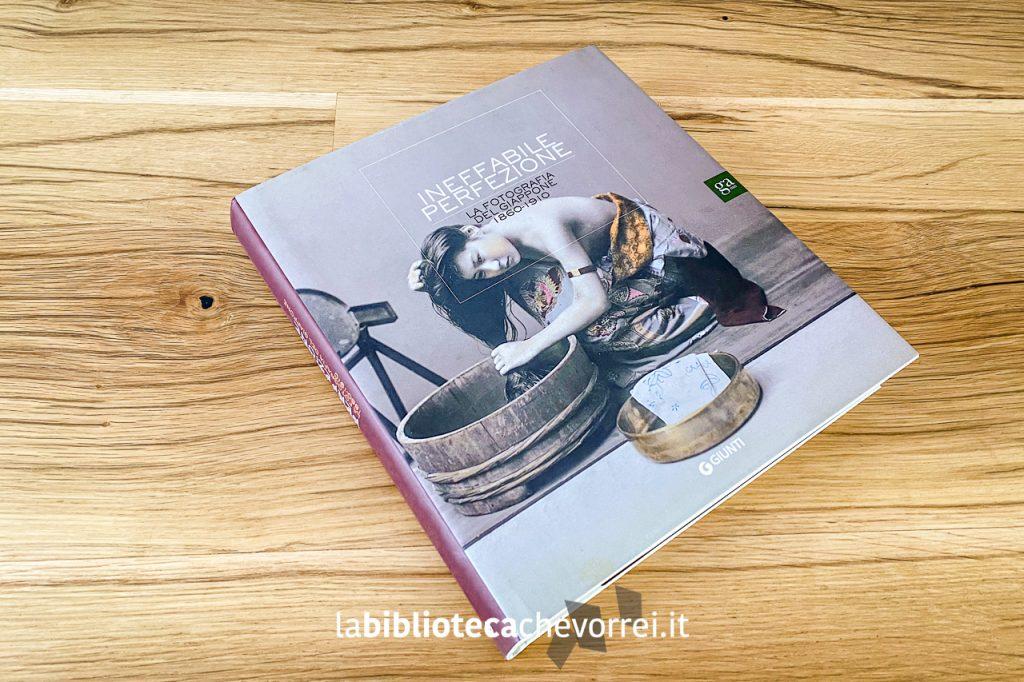 """Il catalogo della mostra """"Ineffabile Perfezione. La fotografia del Giappone 1960-1910"""". Prima edizione, 2010, Giunti."""