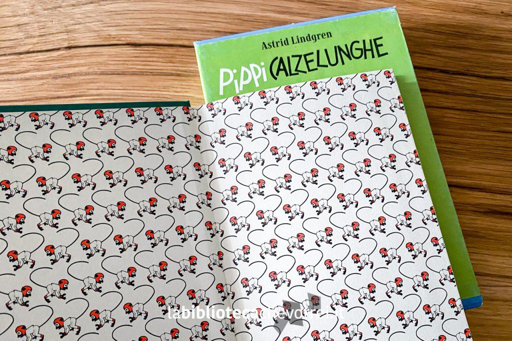 Risguardo del libro Pippi Calzelunghe di Astrid Lindgren pubblicato da Salani nel 2003 in edizione limitata e numerata con l'immagine della scimmietta di Pippi Calzelunghe su più righe.