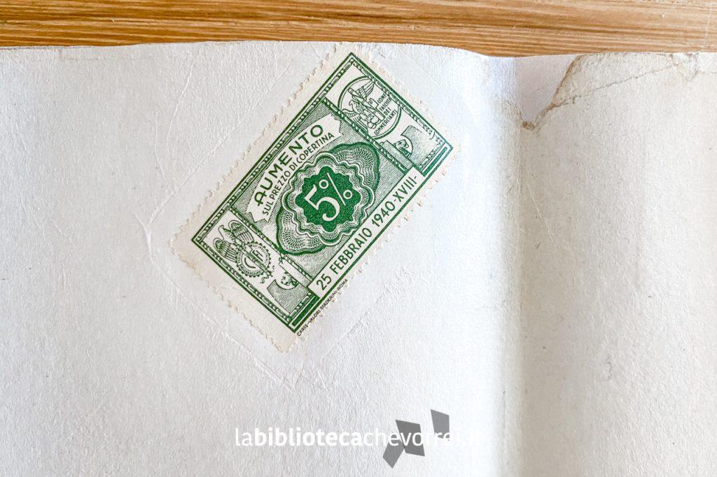Bollo all'interno della sovraccoperta, datato 25 febbraio 1940, con indicato l'aumento del prezzo di copertina del 5%.