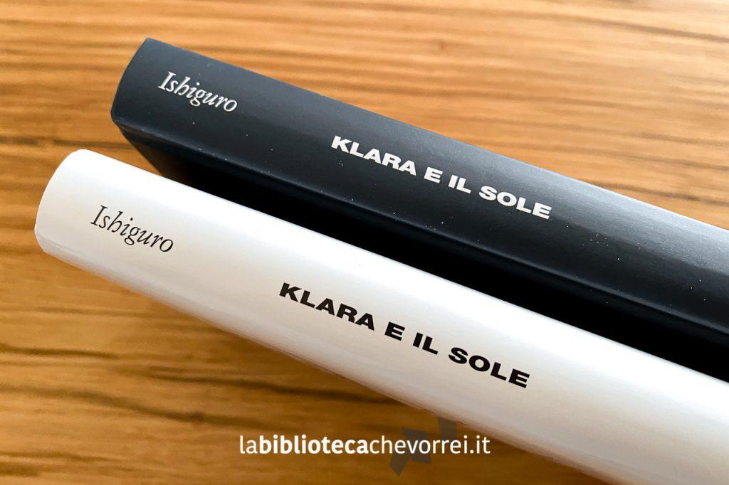 Dorsi delle copertine a confronto. L'edizione con la copertina nera e l'edizione con la sovraccoperta bianca.